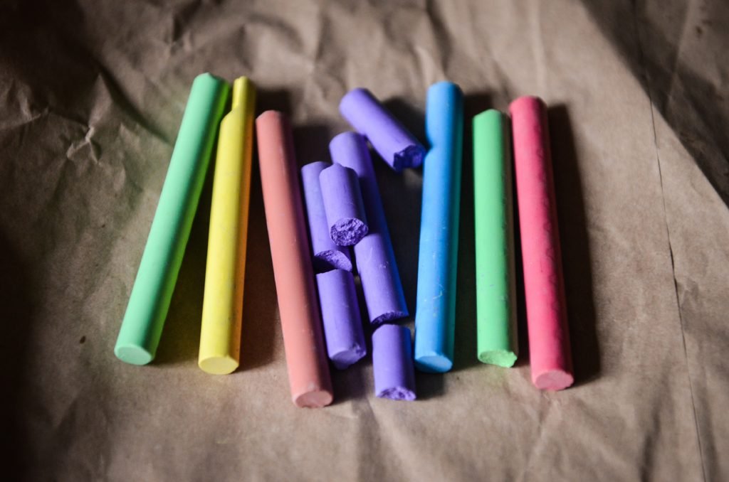 Farvekridt i regnbuens farver