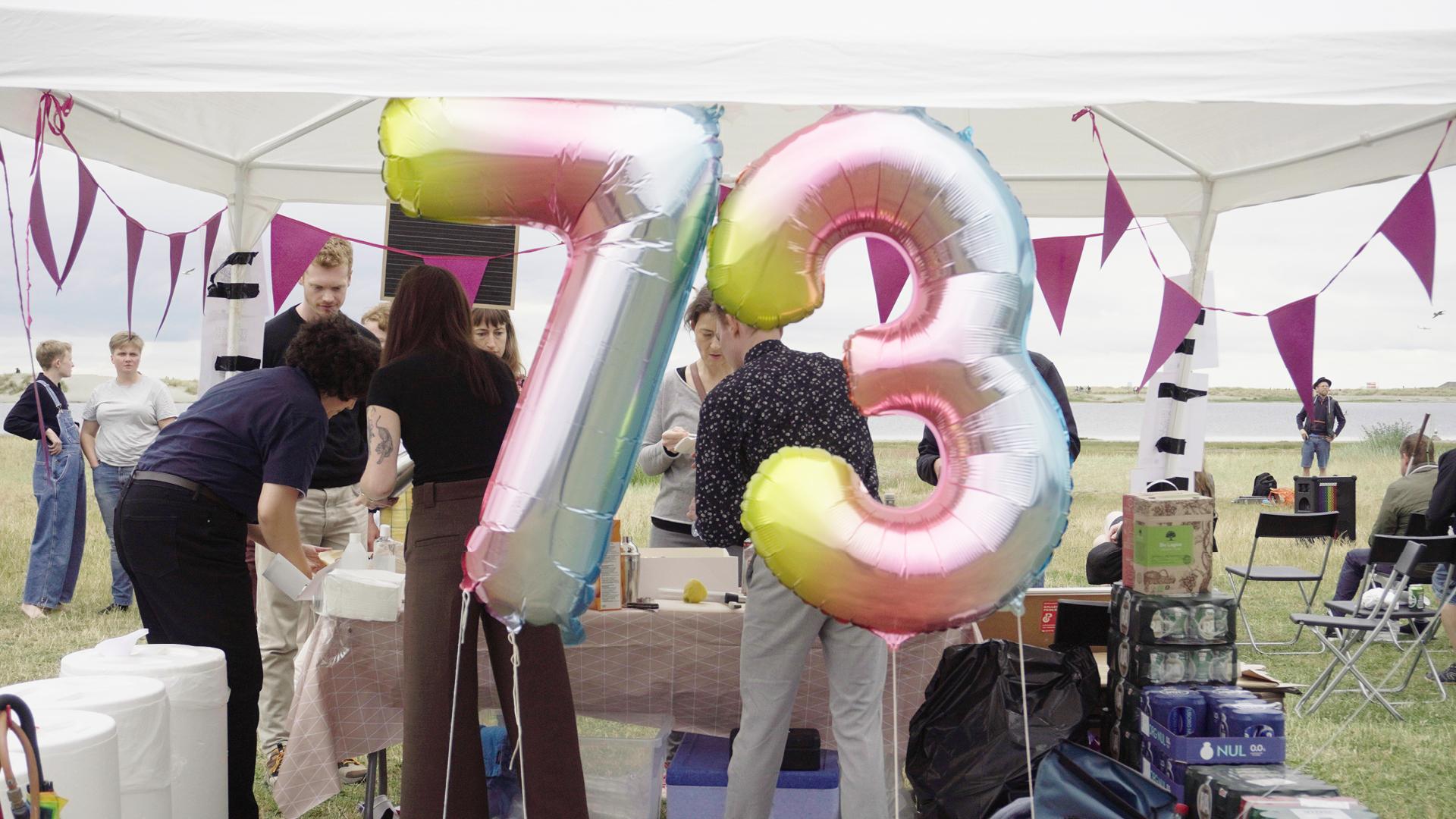 Havepavillion og balloner der danner tallet 73